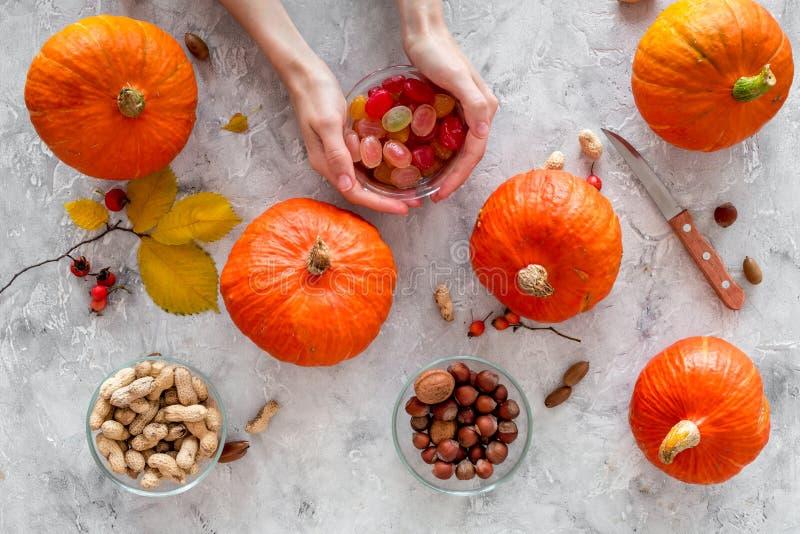 Abóboras da colheita da abóbora perto das porcas e das folhas de outono na opinião superior do fundo cinzento fotos de stock royalty free
