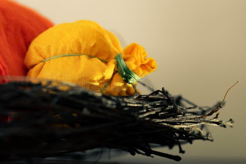 Abóboras de Felted Decoração para o feriado com ramos e as abóboras feitos a mão coloridos foto de stock royalty free