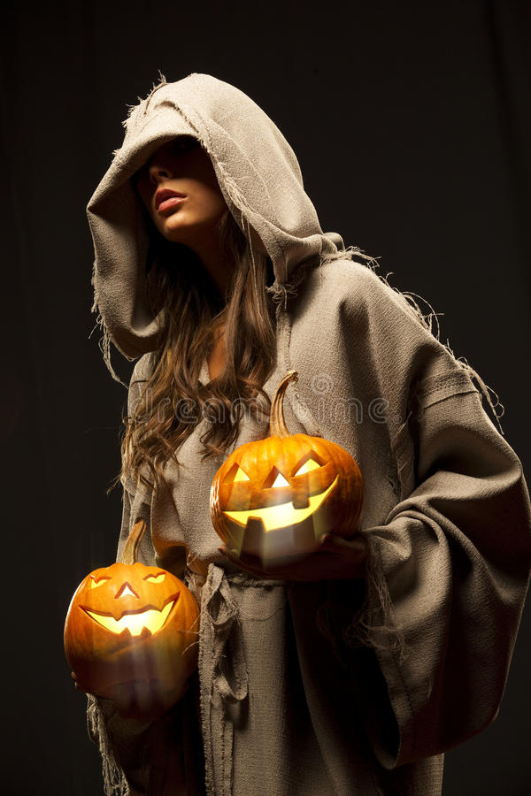Abóboras de Halloween da terra arrendada da mulher foto de stock