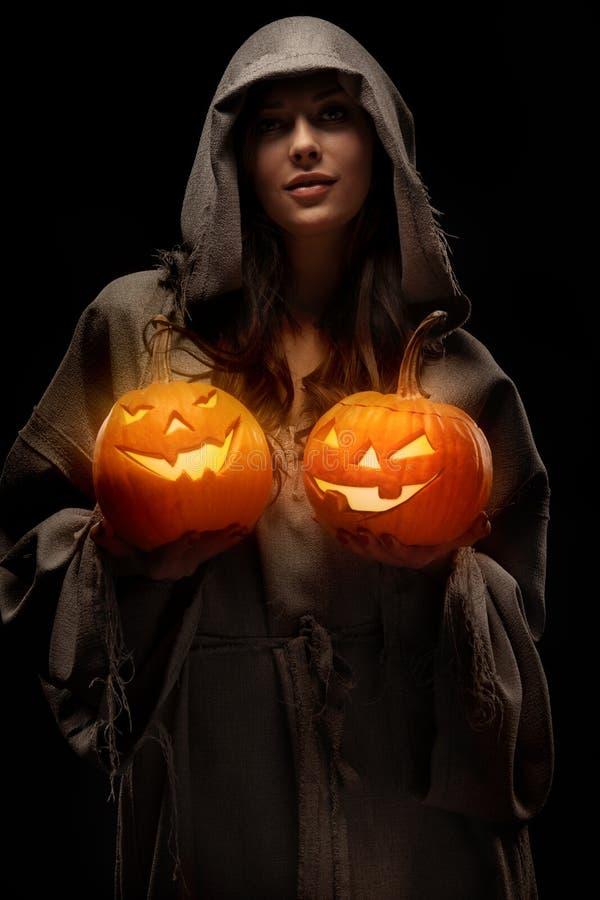 Abóboras de Halloween da terra arrendada da mulher imagem de stock royalty free