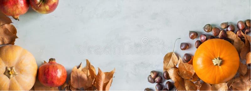 Abóboras de laranja e de pêssego, maduras, maçãs vermelhas orgânicas brancas românticas castanhas folhas secas de outono, am imagem de stock