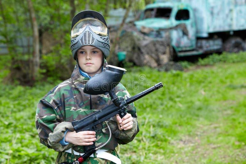 aba ενάντια στο παλαιό paintball αγοριών περιοχής στέκεται στοκ φωτογραφίες