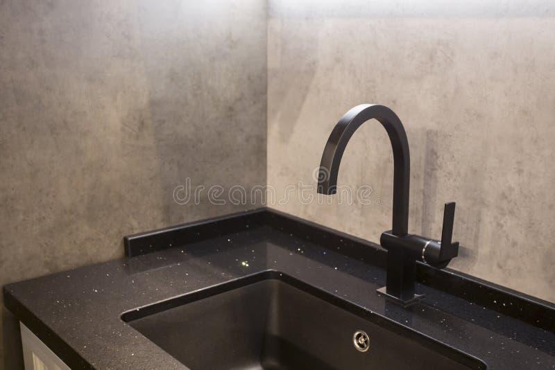 A aba e o quadrado pretos modernos da água afundam-se com muro de cimento foto de stock