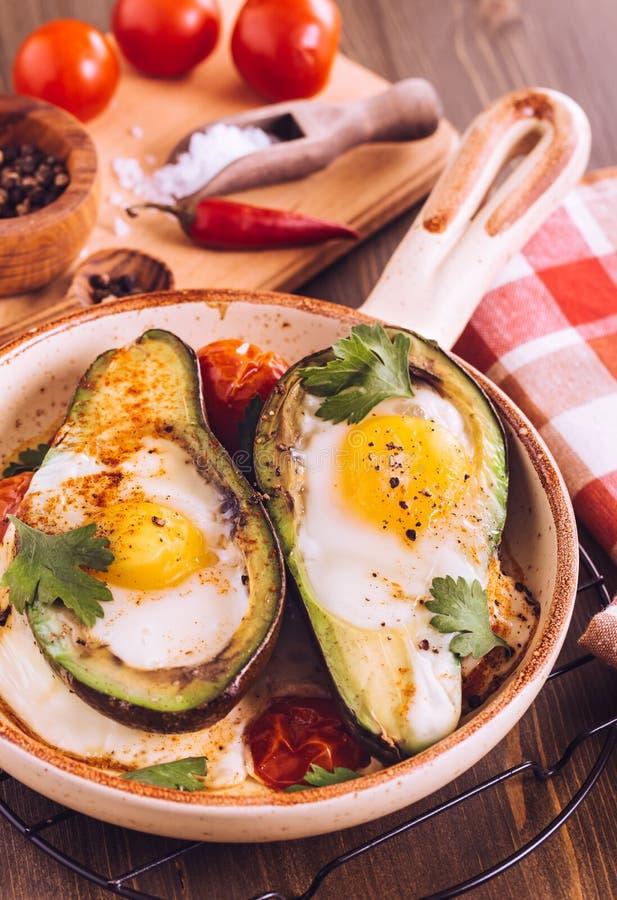 Abacate cozido com o ovo na bandeja do serviço foto de stock