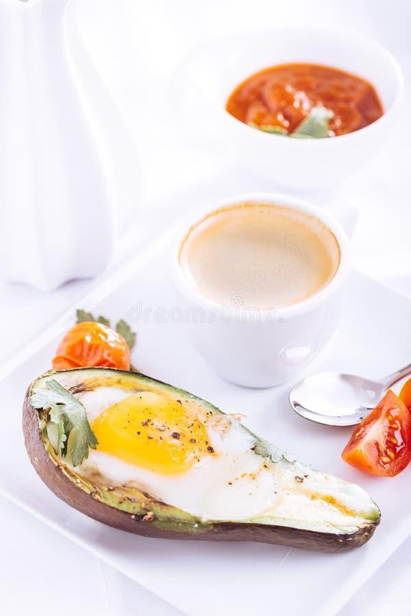 Abacate cozido com ovo e café imagens de stock royalty free