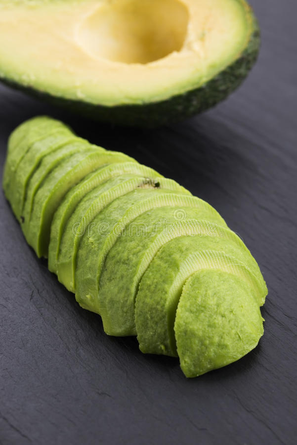 Abacate descascado limpado maduro cortado fotos de stock