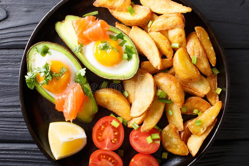 Abacate enchido com ovos e salmões, tomates frescos e p fritado imagem de stock royalty free