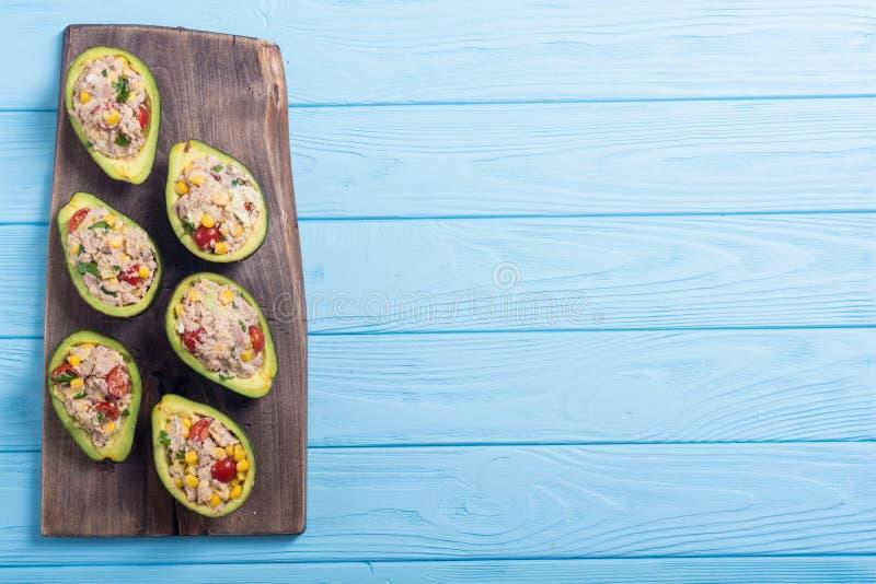 Abacate enchido com salada fotos de stock
