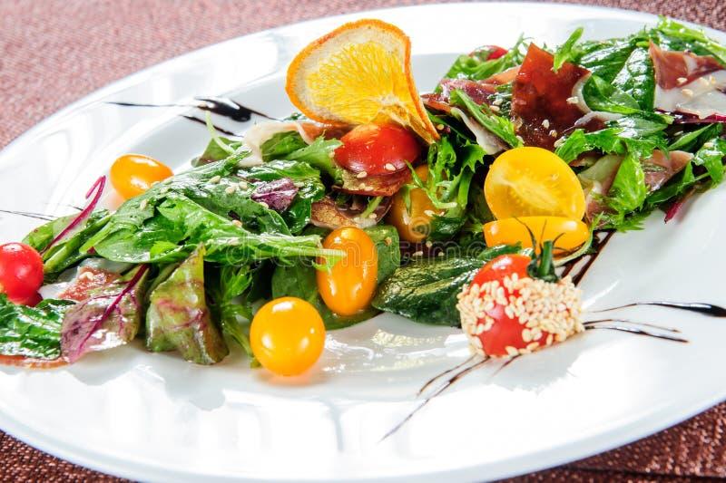 Abacate, feijão vermelho, tomate, pepino, couve vermelha e salada dos vegetais do rabanete da melancia bacia crua saudável do alm imagens de stock