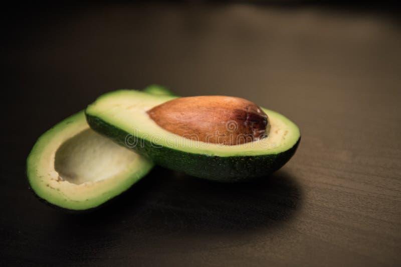 Abacate fresco no fundo escuro Conceito do alimento do vegetariano Vista superior imagem de stock