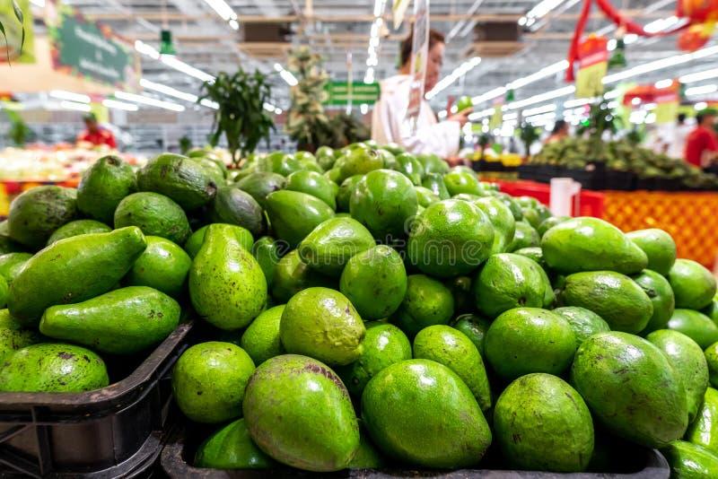 Abacate verde exótico orgânico fresco em um mercado local do alimento, ilha de Bali Fundo do abacate imagens de stock