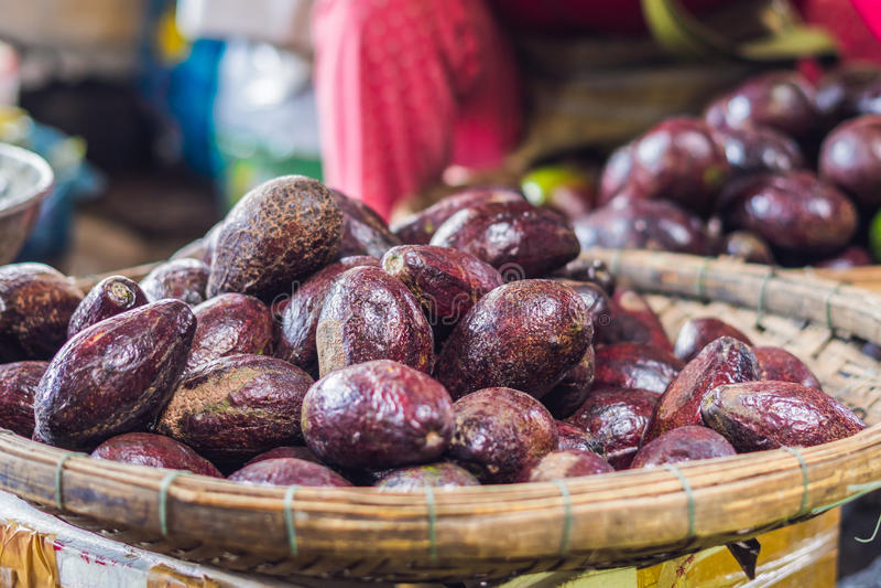 Abacates no mercado vietnamiano Conceito asiático da culinária imagem de stock