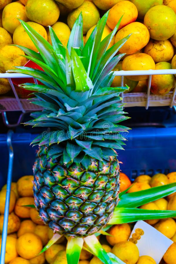 Abacaxi amarelo no mercado foto de stock royalty free