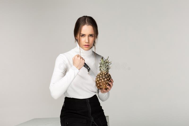 Abacaxi bonito do corte da moça com maníaco do olhar foto de stock