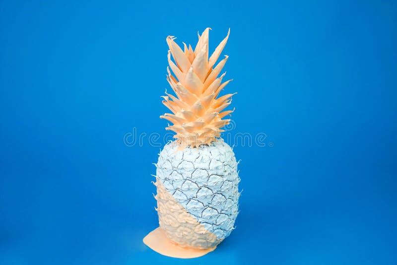 Abacaxi branco estético bonito coberto no creme em um fundo azul calmo de relaxamento imagens de stock