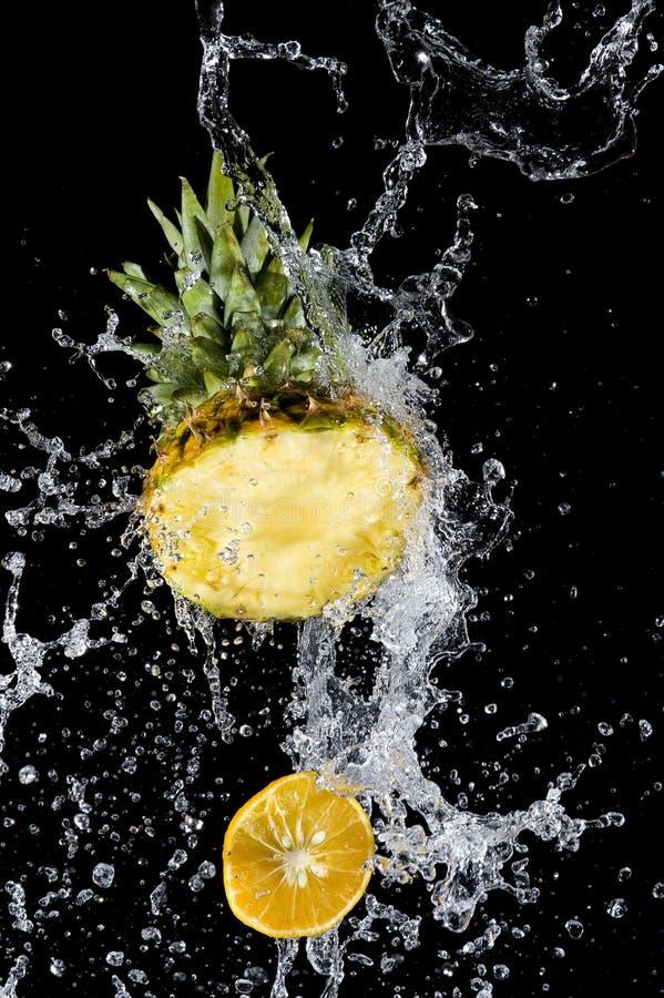 Abacaxi com espirro da água fotos de stock royalty free