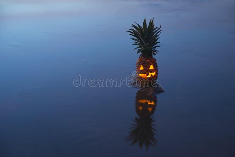 Abacaxi da lanterna de Jack o com reflexão fotografia de stock
