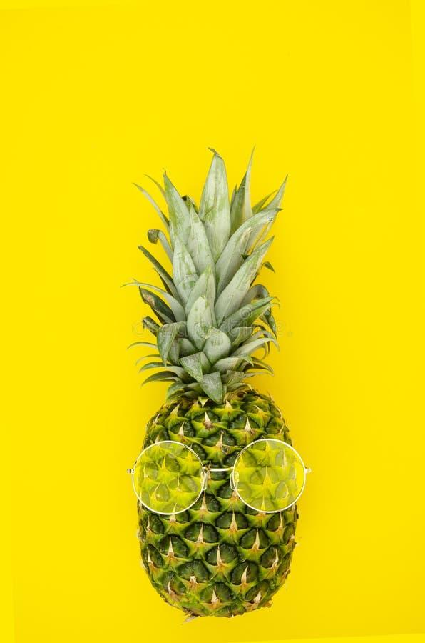 Abacaxi do PNF do verão com os óculos de sol no fundo amarelo Opini?o superior da configura??o lisa imagens de stock royalty free
