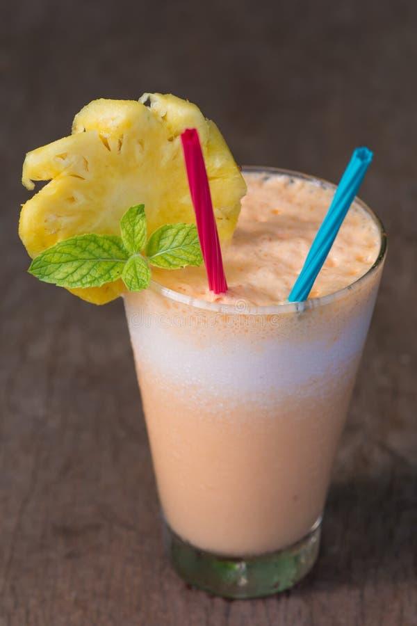 Abacaxi e batido do iogurte para a saúde fotografia de stock royalty free
