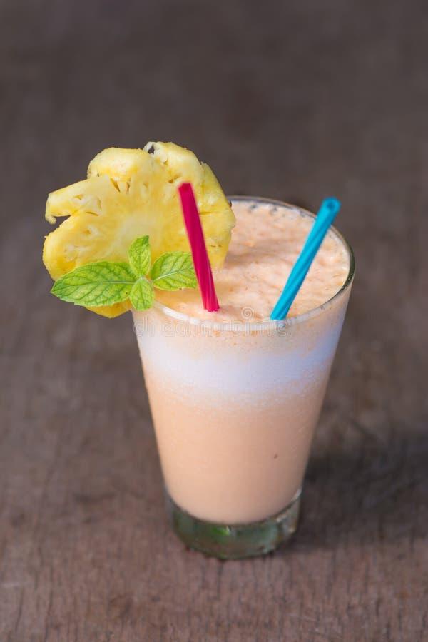 Abacaxi e batido do iogurte para a saúde imagens de stock