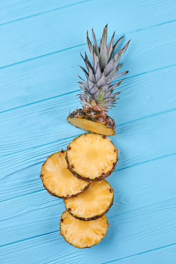 Abacaxi maduro cortado nas partes, vista superior foto de stock royalty free