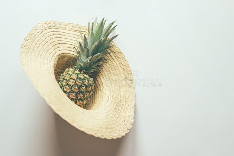 Abacaxi no chapéu de palha fotos de stock