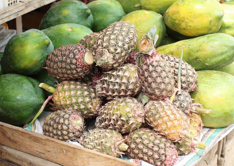 Abacaxi no mercado de fruto tradicional imagens de stock royalty free