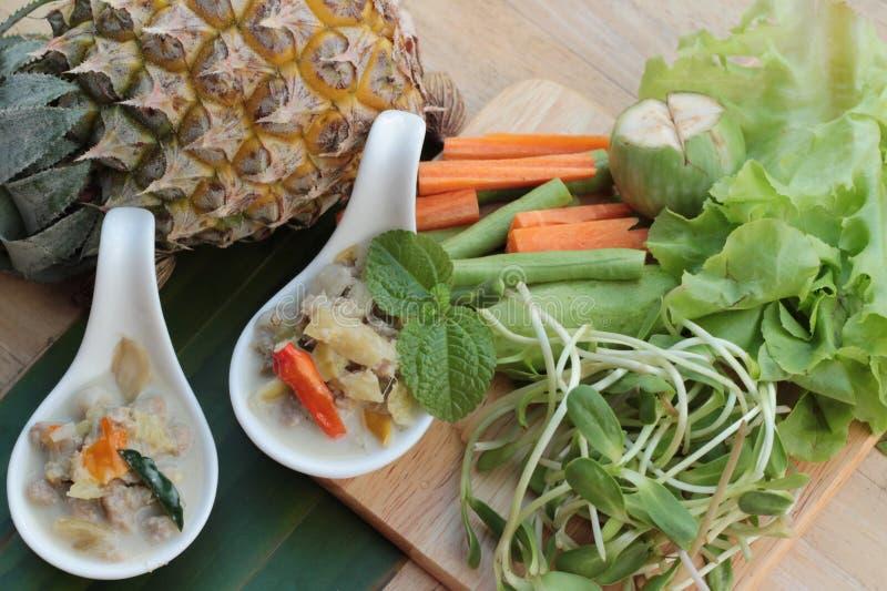 Abacaxi picante do simmer com carne de porco e vegetais fotos de stock