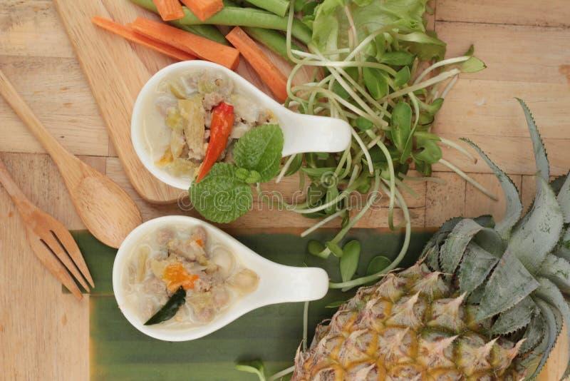 Abacaxi picante do simmer com carne de porco e vegetais imagens de stock