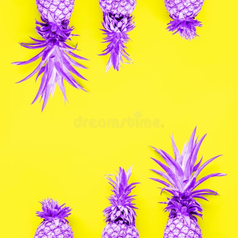 Abacaxis tonificados na gota contínua amarela fotografia de stock royalty free