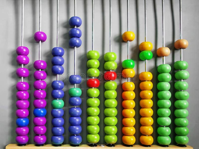 Abaco per i bambini che praticano conteggio con le perle di legno variopinte immagine stock libera da diritti