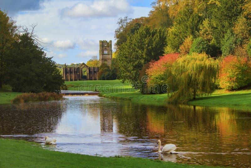 Abadía de las fuentes y jardín real del agua de Studley fotografía de archivo