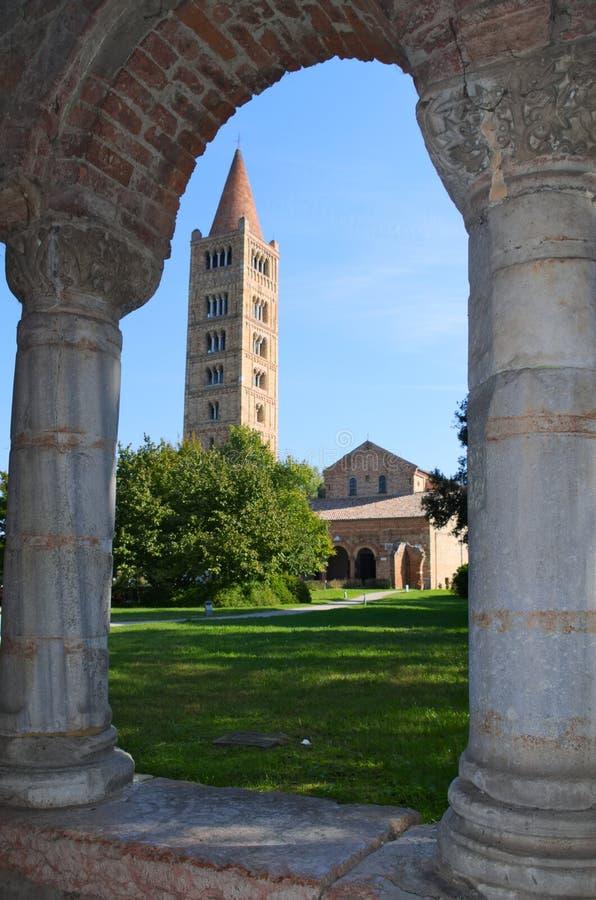 Abadía y campanario, monasterio benedictino de Pomposa en Codigoro, Ferrara, Italia imagen de archivo libre de regalías