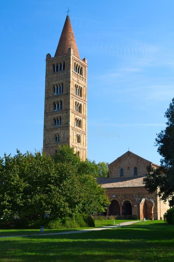 Abadía y campanario, monasterio benedictino de Pomposa en Codigoro, Ferrara, Italia foto de archivo
