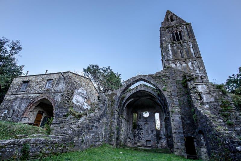 Abadia antiga nas ruínas, o monastério de Santa Maria em Valle Christi situado em Valle Christi, em Rapallo, provi de Genoa Genov fotografia de stock royalty free