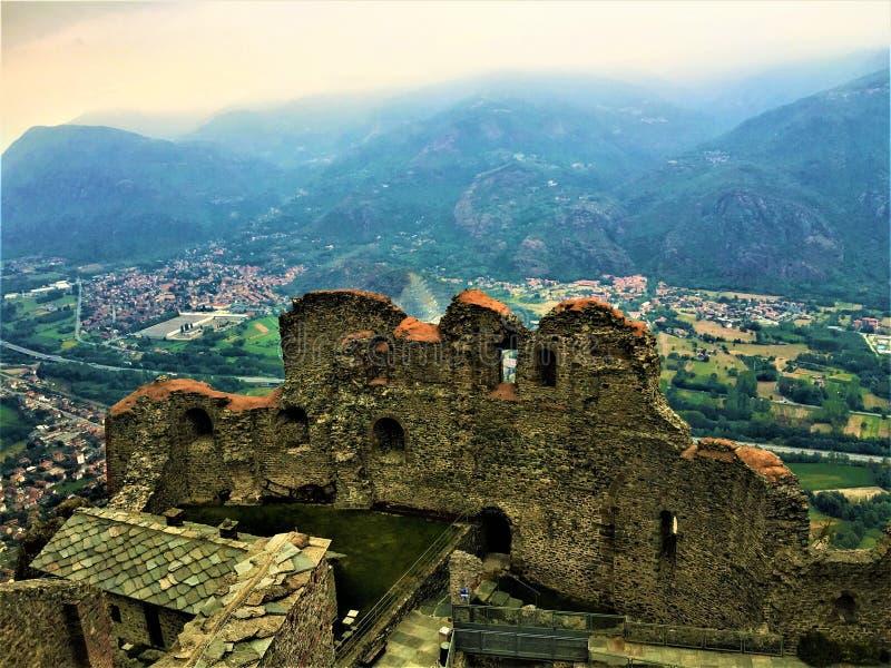 Abadia antiga, ruínas, montanha, névoa e paisagem fotografia de stock royalty free