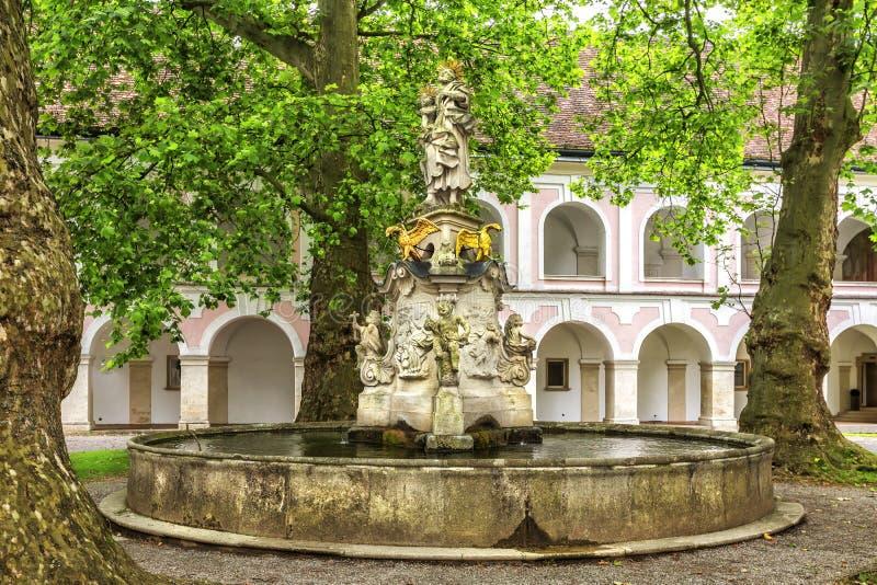 Abadia da cruz & do x28 santamente; Stift Heiligenkreuz& x29; em madeiras de Viena fotografia de stock