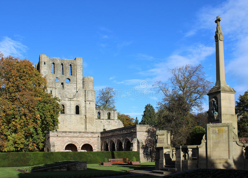 Abadia de Kelso e memorial de guerra, Kelso, Escócia fotografia de stock