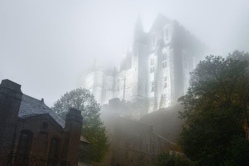 Abadia de Mont Saint-Michel iluminado na noite fotografia de stock royalty free