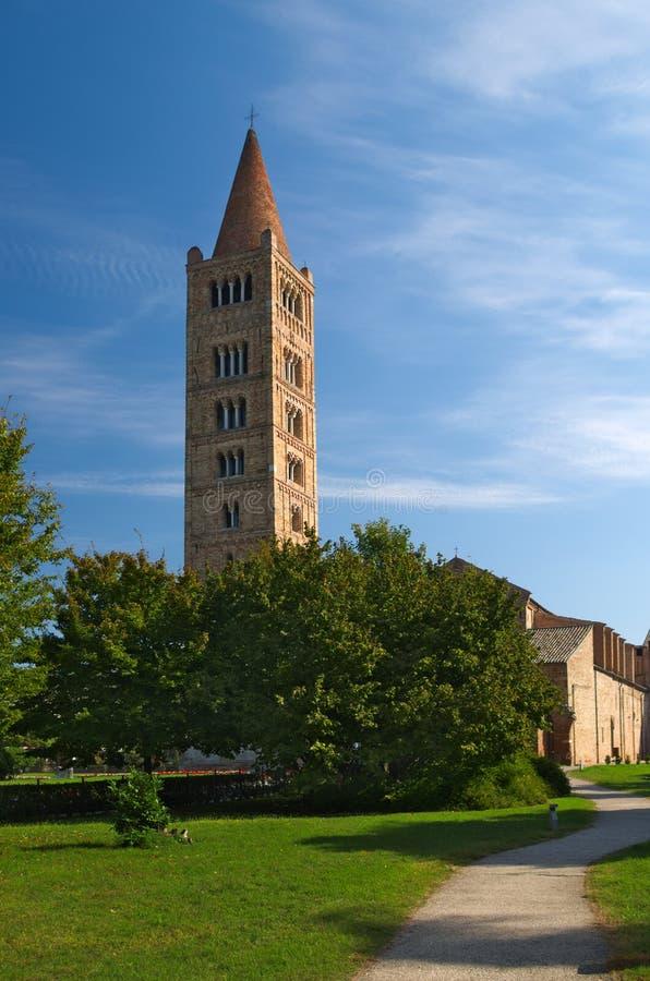 Abadia de Pomposa e torre de sino, monastério do licor beneditino em Codigoro, Ferrara, Itália fotos de stock