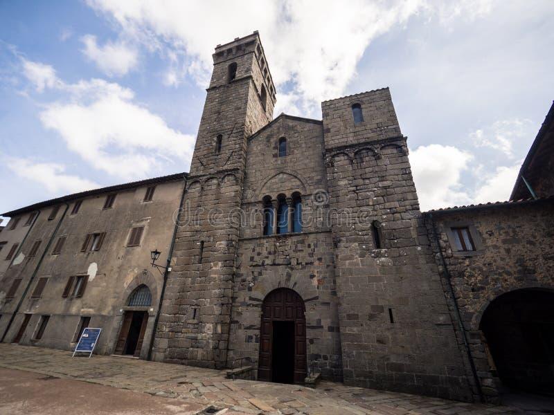 A abadia de San Salvatore é a construção sagrado no estilo românico em Itália fotografia de stock