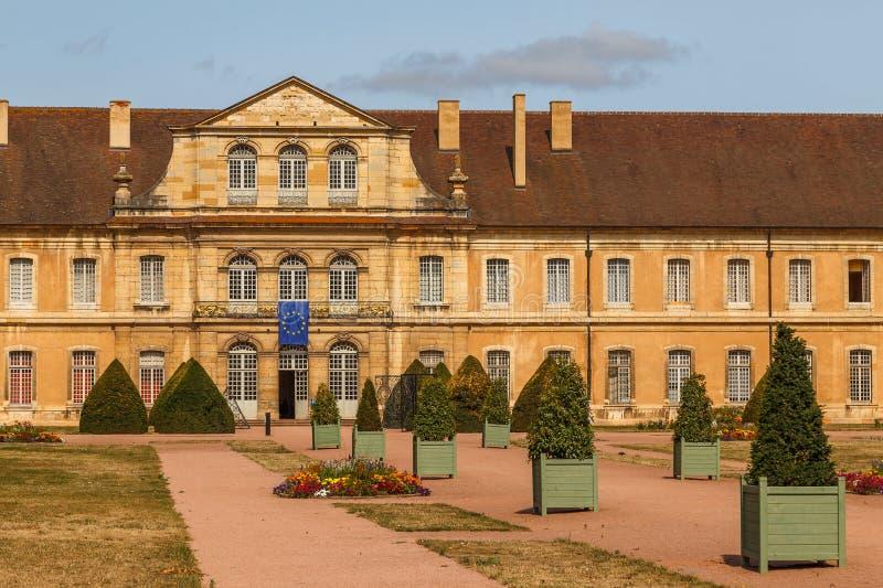 Abadia medieval no centro histórico da cidade de Cluny, França imagem de stock