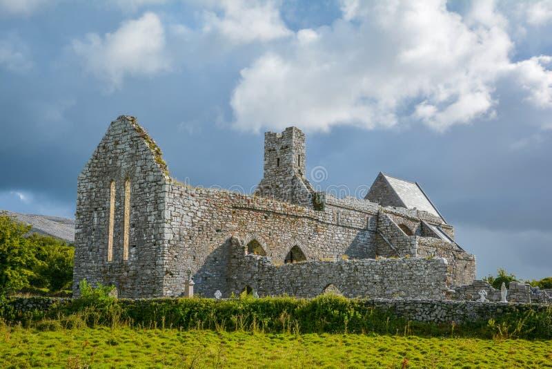 Abadia na manhã, monastério Cistercian de Corcomroe situado no norte da região de Burren de condado Clare, Irlanda imagem de stock royalty free