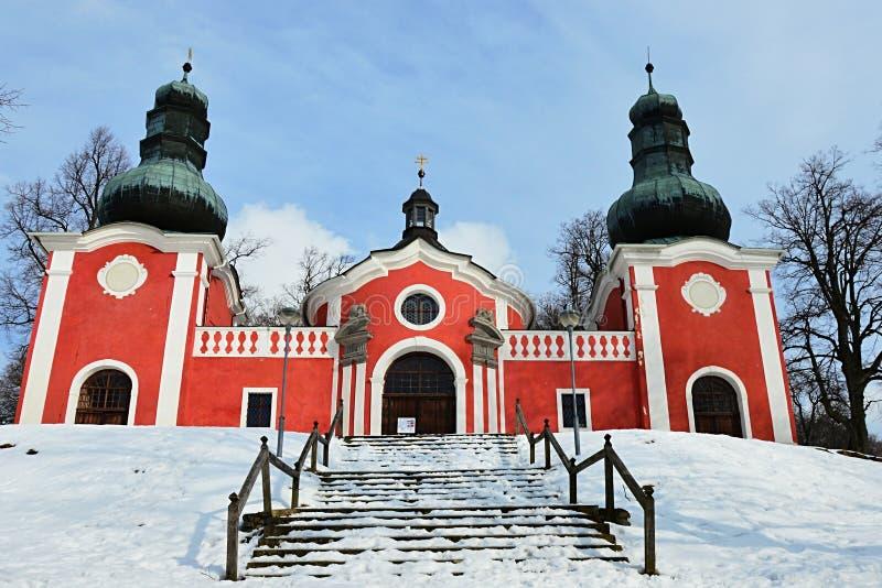 Abaissez l'église baroque sur le calvaire dans Banska Stiavnica avec l'escalier couvert par neige Photographie prise pendant le j images stock