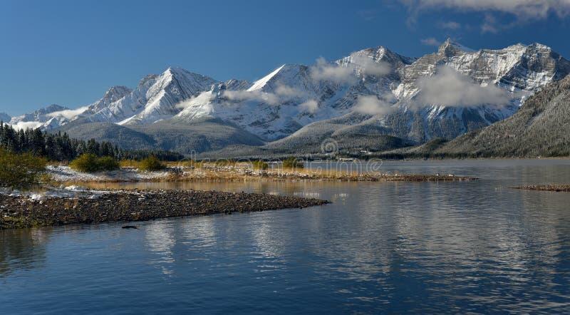 Abaissez le lac de kananaskis en automne après une neige fraîche image stock