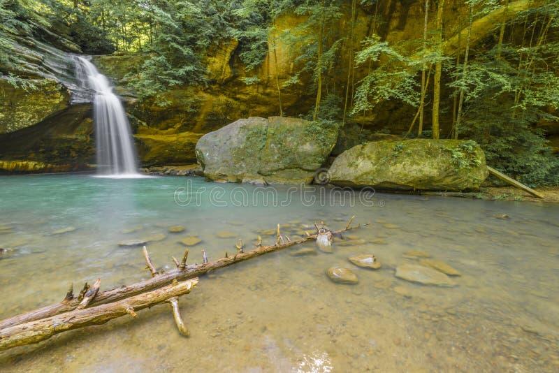 Abaissez les automnes à la caverne du ` s de vieil homme photographie stock libre de droits
