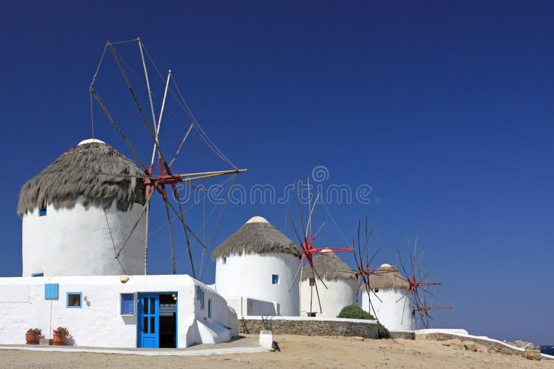 abaissez les moulins à vent de mykonos images stock