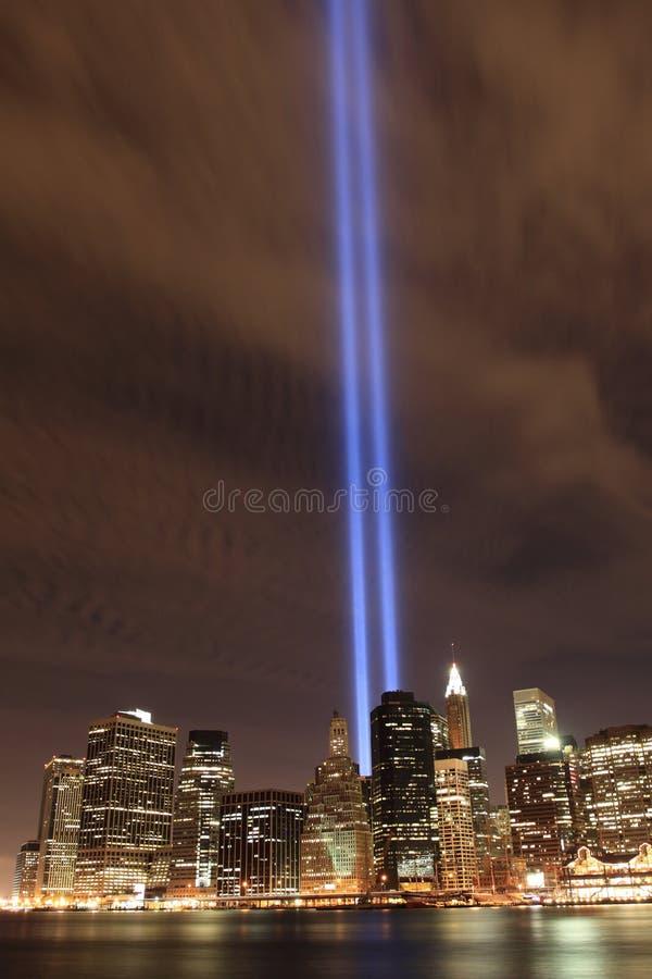 Abaixa a skyline de Manhattan e as torres das luzes foto de stock