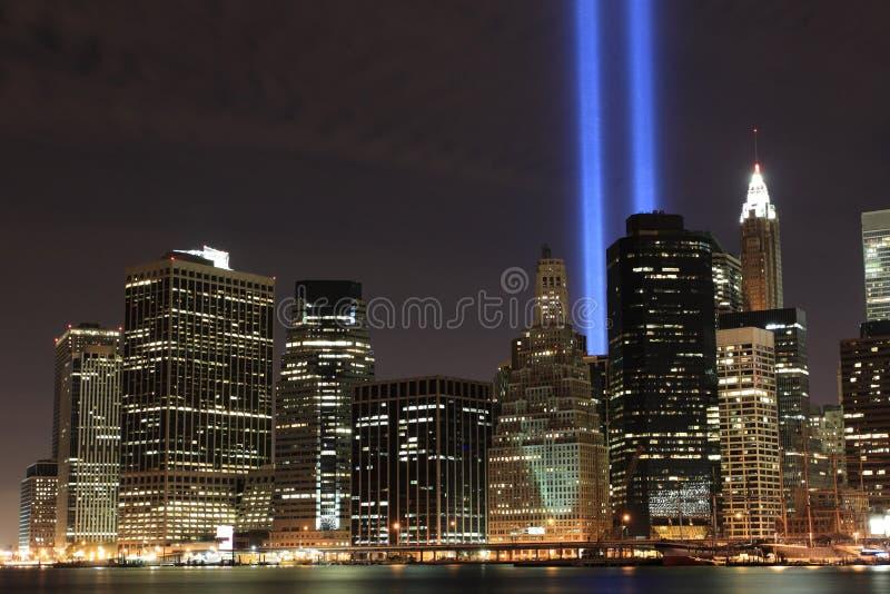 Abaixa a skyline de Manhattan e as torres das luzes foto de stock royalty free