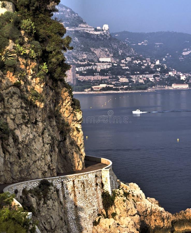 Abaixe a estrada de Corniche no d'Azur da costa foto de stock